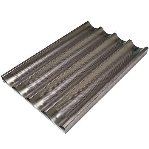 Perforiertes Backblech aus Aluminium für Baguettes 60x40 cm an der Traverse